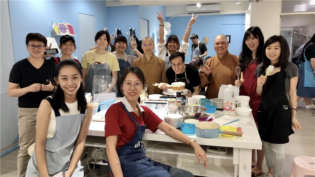 0522慶佛誕報母恩 普門青年手作蛋糕